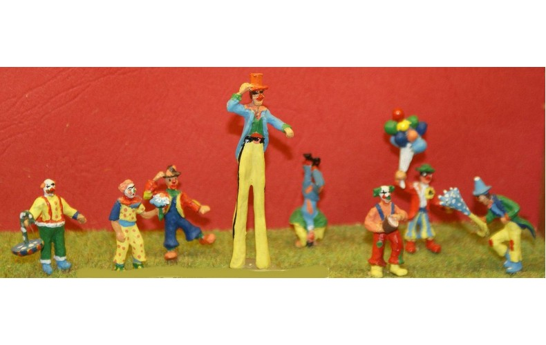CIR1p Painted 8 Ass Clowns/Action positions OO Scale 1:76