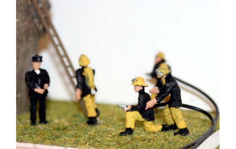 F134ap3 Painted 1970/80's Firefighters & Breathing Apperatus (black/yellow) OO 1:76 Scale Model Kit
