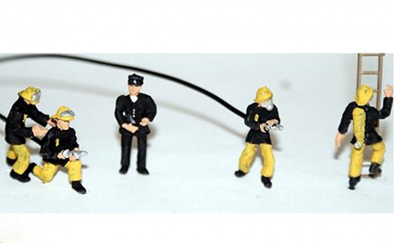 F134ap4 1970's Firefighters x 5 (OO scale 1/76th)