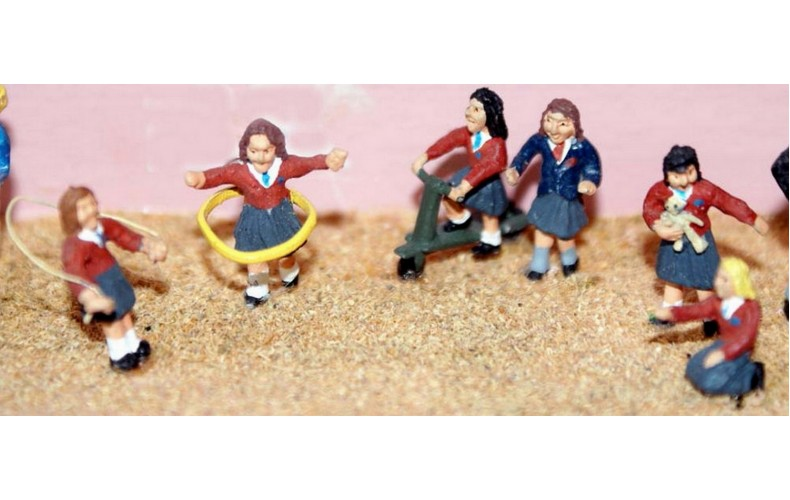 F178p Painted 6xGirls playing with toys OO 1:76 Scale Model Kit