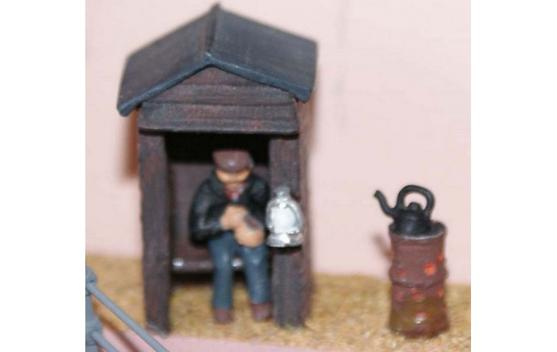 F185p Painted Night Watchman and Hut/kiosk OO 1:76 Scale Model Kit
