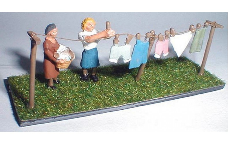 F212p Painted Washing Line and figures OO 1:76 Scale Model Kit