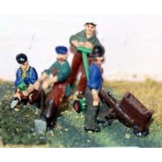 F46 4 Gardeners with tools, mower, etc. Unpainted Kit OO Scale 1:76