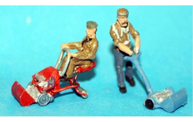 F46b New 2 x Lawnmowers & Figs (ride on and push) Unpainted Kit OO Scale 1:76