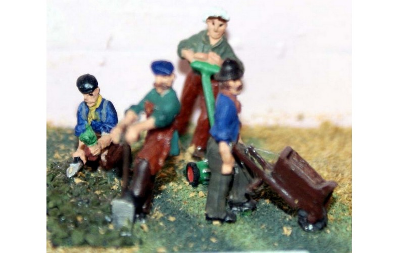 F46p Painted Gardeners (4 figs and equipment) OO 1:76 Scale Model Kit