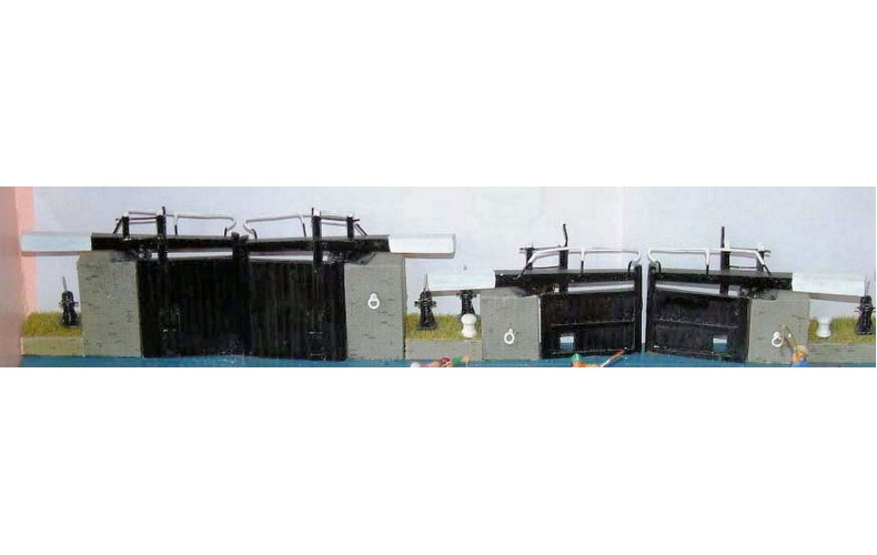 F6 Canal- wide lock gates & sundries Unpainted Kit OO Scale 1:76